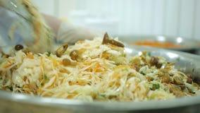 Шеф-повар подготавливает вегетарианский салат капусты, грибов, морковей и свежих трав видеоматериал