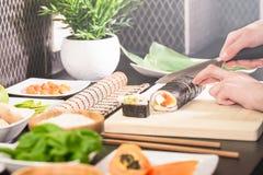 Шеф-повар подготавливает суши стоковая фотография