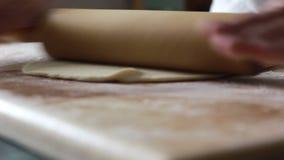 Шеф-повар подготавливает тесто с вращающей осью сток-видео