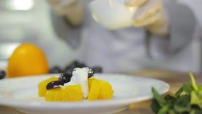 Шеф-повар подготавливая салат свежих фруктов видеоматериал