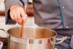 Шеф-повар подготовляя еду Стоковое Фото