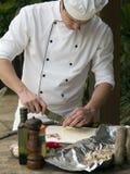 шеф-повар прерывая чеснок Стоковая Фотография