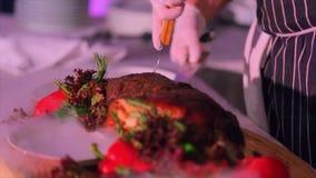 Шеф-повар режет весь свинину на разделочной доске видеоматериал