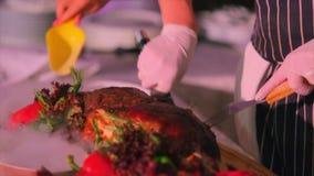 Шеф-повар режет весь свинину на разделочной доске акции видеоматериалы
