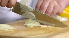 Шеф-повар режет зеленые цвета салата на деревянной доске акции видеоматериалы