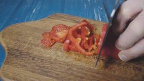 Шеф-повар режет красный пеец акции видеоматериалы
