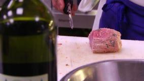 Шеф-повар режет мясо видеоматериал