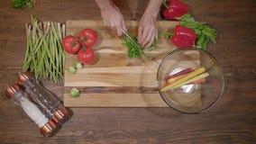 Шеф-повар режет свежую и вкусную петрушку для варить над взглядом видеоматериал