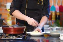 Шеф-повар руки крупного плана варя спагетти около лотка бака на stov газа Стоковая Фотография RF