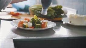 Шеф-повар служит греческий салат на плите в ресторане стоковые фотографии rf