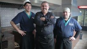 Шеф-повар стоя с его командой и беседами видеоматериал