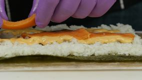 Шеф-повар суш демонстрирует подготовку кренов конец вверх видеоматериал