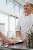Шеф-повар с едой стоковое фото rf