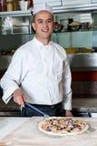Шеф-повар с подготовленным тестом пиццы стоковое фото rf