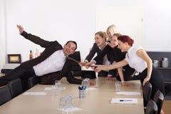 Шеф-повар тяги бизнесменов на таблице Стоковая Фотография