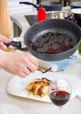 шеф-повар украшает плиту Стоковые Фотографии RF