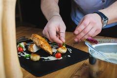 шеф-повар украшает плиту Стоковая Фотография