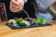 шеф-повар украшает плиту Стоковые Изображения RF