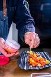 Шеф-повар украшает слегка посоленные дикие семг с мягким сыром Мастерский класс в кухне Процесс варить Шаг за шагом стоковое изображение rf