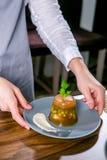 Шеф-повар украшает студень от sterlet, судака и креветки Мастерский класс в кухне Процесс варить Шаг за шагом стоковое изображение rf