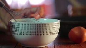 Шеф-повар юркнет яичка в белом boul Закройте вверх по видео HD видеоматериал