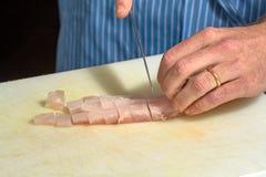Шеф-повар prparing свежие рыбы Стоковая Фотография