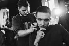 Шея бритья в парикмахерскае Стоковые Фото
