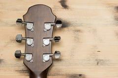 Шея гитары на старой стене таблицы Стоковые Фотографии RF