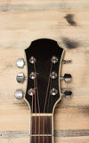 Шея гитары на старой стене таблицы Стоковое фото RF