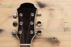 Шея гитары на старой стене таблицы Стоковые Изображения