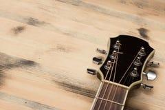 Шея гитары на старой стене таблицы Стоковая Фотография RF