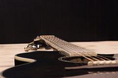 Шея гитары на старой стене таблицы Стоковые Изображения RF