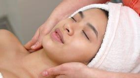 Шея ` s женщины massagges Masseur стоковые изображения rf