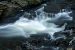 Шелковистая вода в речных порогах реки Hockanum, Роквилла, Коннектикута Стоковое Изображение RF