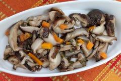 Шиитаке Шиитаке грибов, который выросли на дубе вносит дальше рынок в журнал фермеров на улице Культивирование Bioproduct в окруж стоковое изображение rf