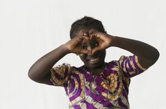 Шикарная африканская девушка делая форму сердца с ее пальцами и Стоковые Фото