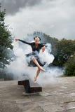 Шикарная балерина в черных танцах обмундирования в улицах города Стоковые Изображения RF