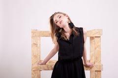Шикарная белокурая женщина представляя моду в фото студии стоковая фотография