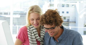 Шикарная белокурая женщина целуя ее коллеги на его щеке акции видеоматериалы