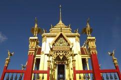 Шикарная буддийская архитектура витает в голубое небо Стоковые Фотографии RF