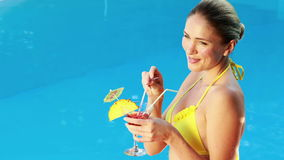 Шикарная блондинка в бикини наслаждаясь poolside коктеиля сток-видео