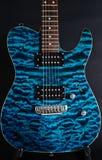 Шикарная голубая гитара с черным изолятом Стоковые Фотографии RF