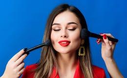 ( Шикарная дама составляет красные губы Привлекательная женщина прикладывая щетку макияжа Идеальный тон кожи Оглушать стоковое фото