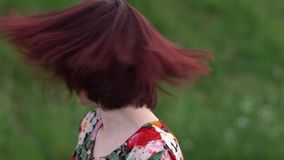 Шикарная девушка тряся ее красную с волосами голову и усмехаясь смотрящ камеру видеоматериал