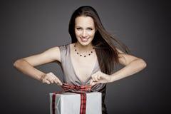 Шикарная девушка держа подарок в ее руках Стоковые Изображения RF