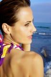 Шикарная женская модель на пляже Стоковое Фото