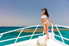 Шикарная женщина в белом купальнике стоя на носе ya Стоковое Изображение