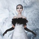 Шикарная женщина в длиннем белом платье Стоковое Изображение RF