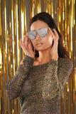 Шикарная женщина в ультрамодных солнечных очках яркого блеска стоковые фотографии rf