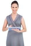 Шикарная женщина держа цифровую таблетку стоковая фотография